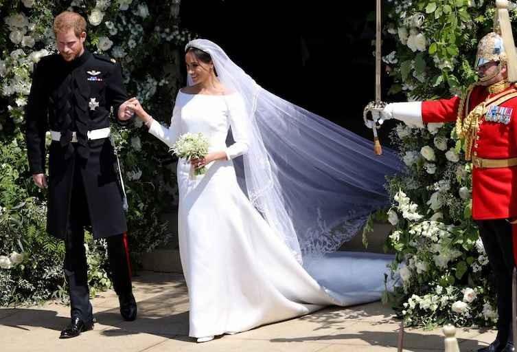 Le premier baiser public de Meghan Markle et le prince Harry au mariage royal